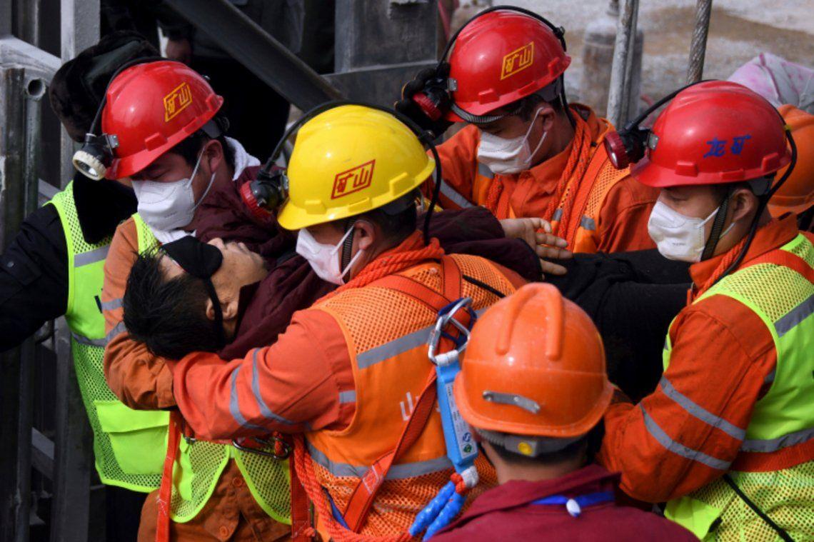 China: el rescate de uno de los mineros atrapados.