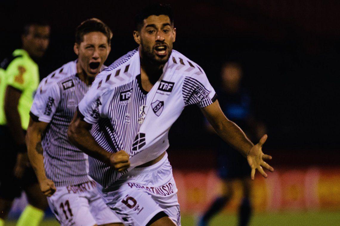 Luciano Recalde festeja el primer gol de Platense