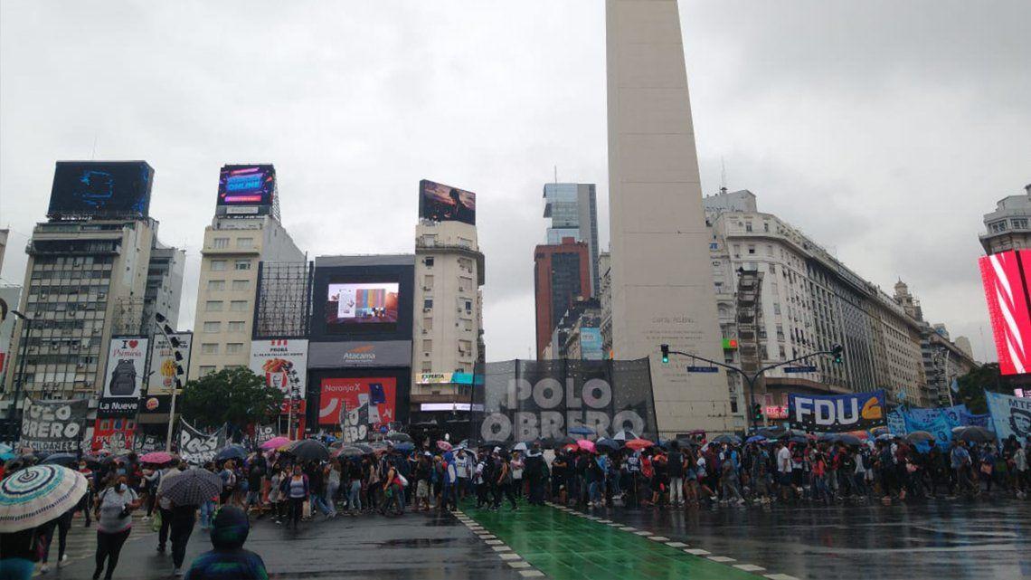 Jornada Nacional de lucha por los alimentos para los comedores: el Polo Obrero corta la Avenida 9 de Julio.