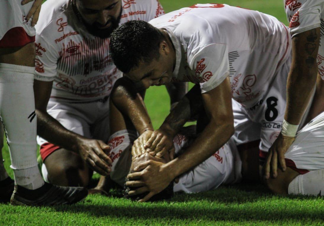 La emoción de los jugadores de Huracán Las Heras tras eliminar a Arsenal