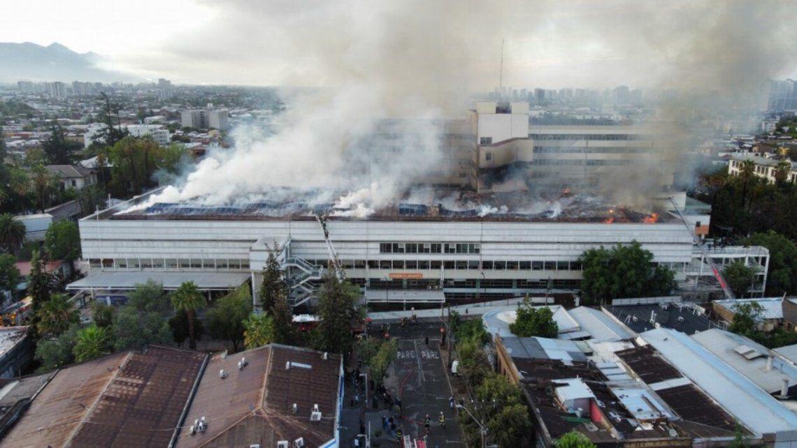 Chile; Enorme incendio en hospital de la capital