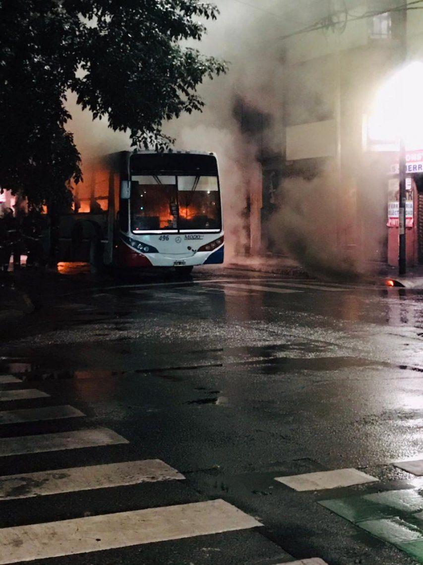La unidad transitaba por Almagro cuando por causas que se investigan comenzó a prenderse fuego.