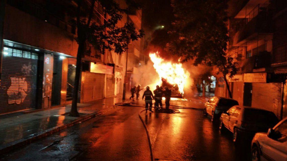 Los bomberos combaten las llamas en pleno barrio de Almagro.