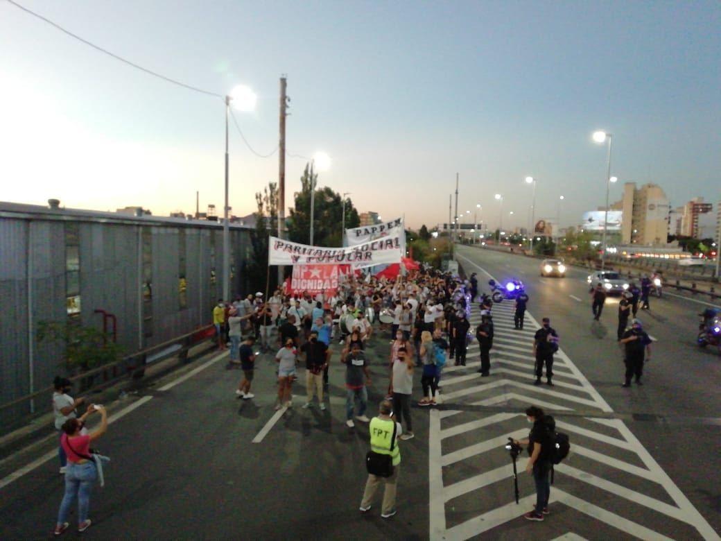 Movimientos sociales marchan hacia La Plata por la autopista