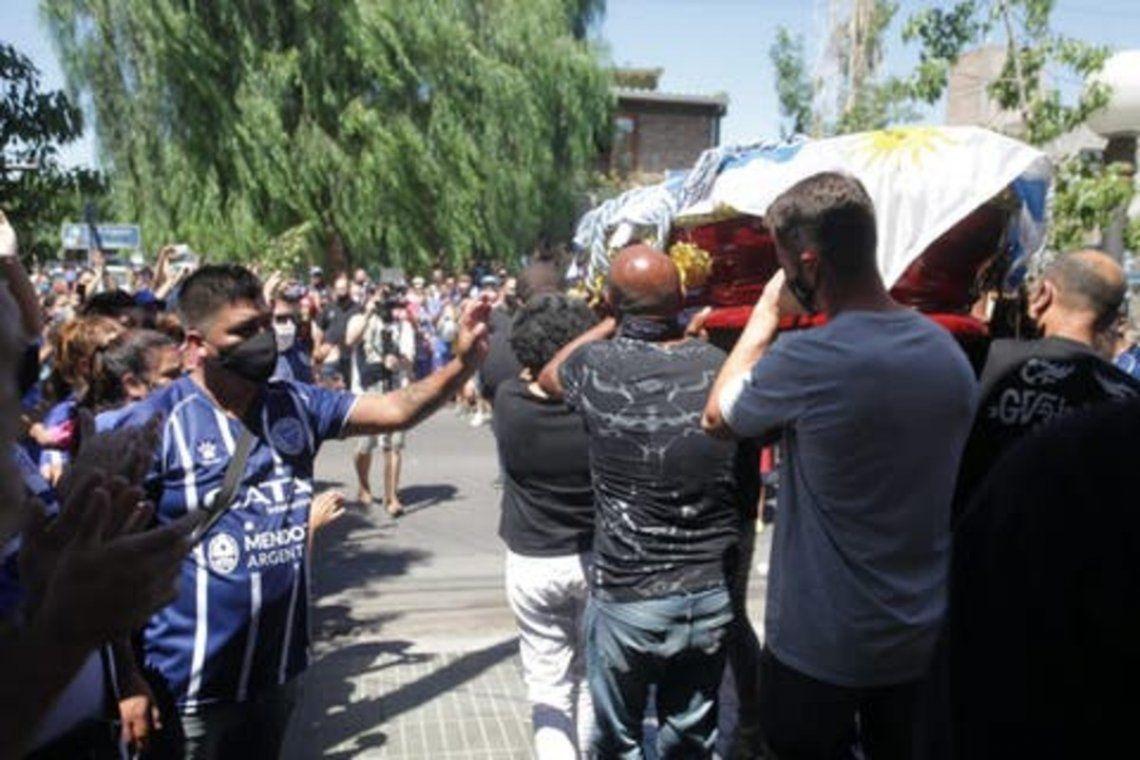 Mendoza: El ataúd del futbolista estaba cubierto por una bandera uruguaya y una camiseta de Godoy Cruz.