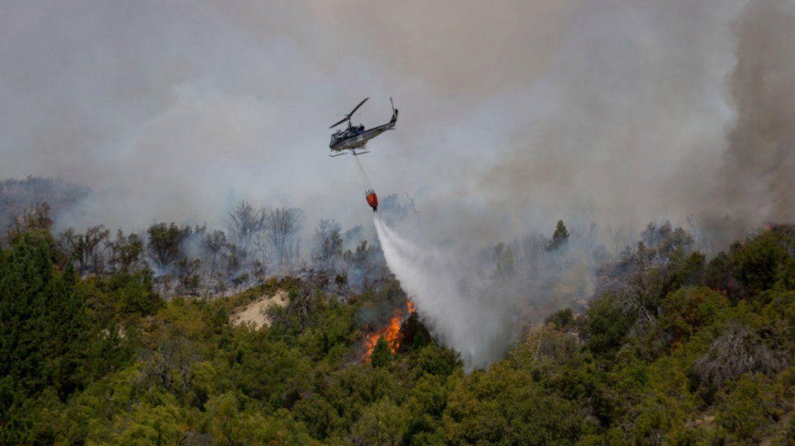 El Bolsón: se trabaja intensamente para evitar que el fuego llegue a viviendas