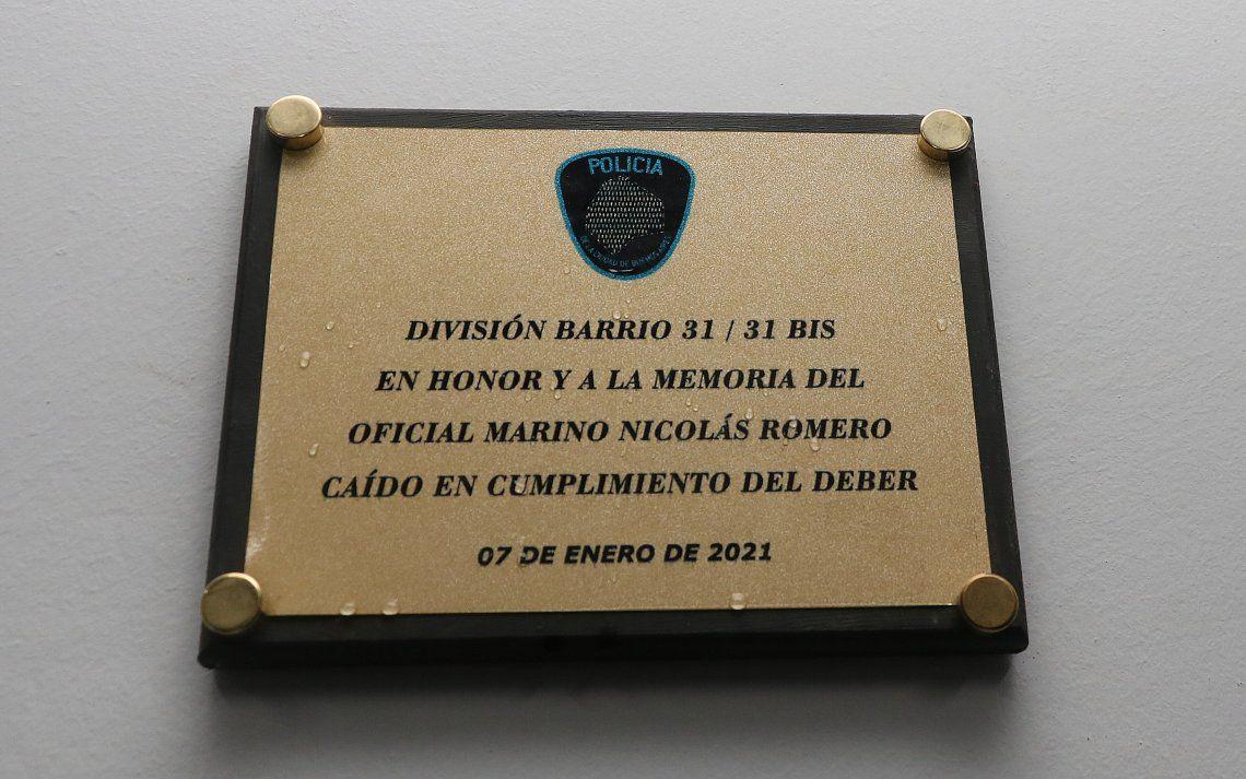 La plaqueta en homenaje al Oficial Marino Nicolás Romero.
