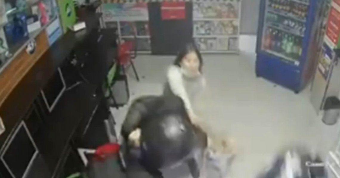 Colombia: La menor reaccionó ante los delincuentes cuando atacaban a su mamá.