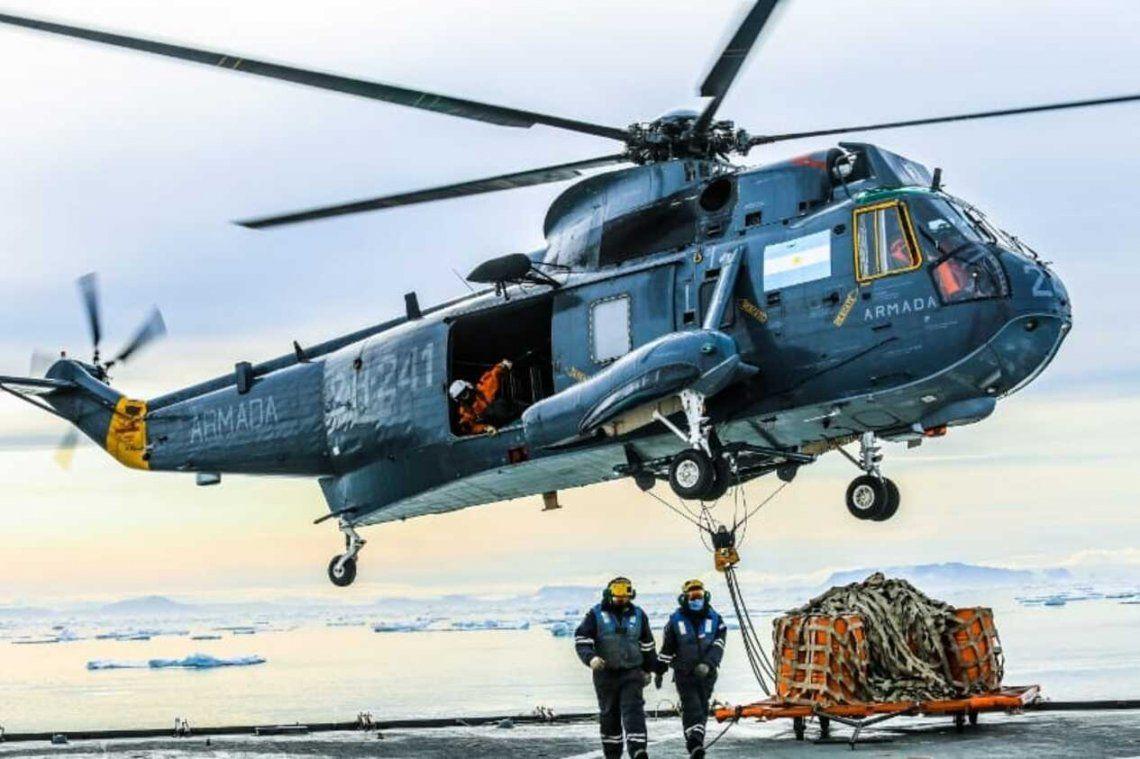 El Rompehielos ARA Almirante Irizar rebastece la Base Conjunta Antártica Marambio en la Antártida Argentina.