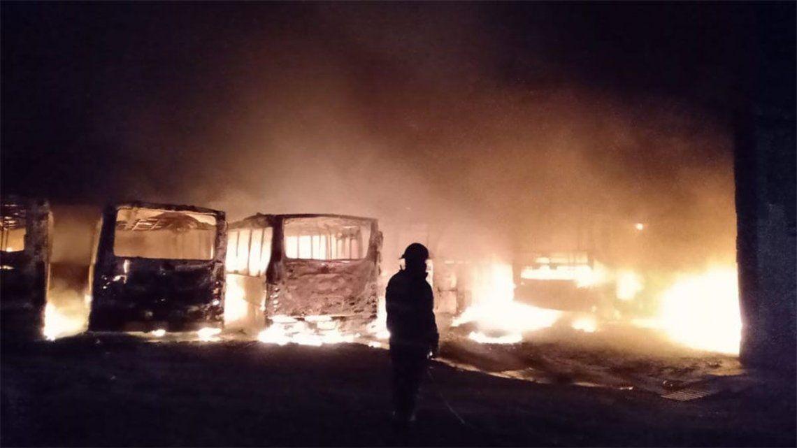 Varias dotaciones de bomberos trabajaron para apagar el incendio