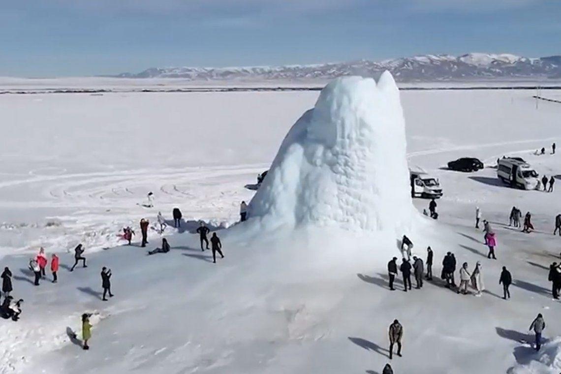 Cientos de turistas se han acercado a conocer el volcán de hielo