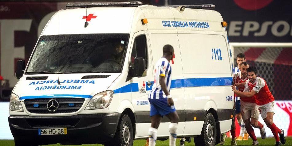 Portugal: futbolistas empujando una ambulancia.