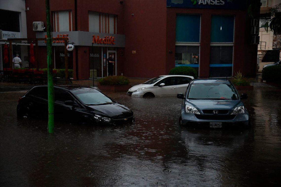 Muchos autos quedaron bajo el agua por el temporal.