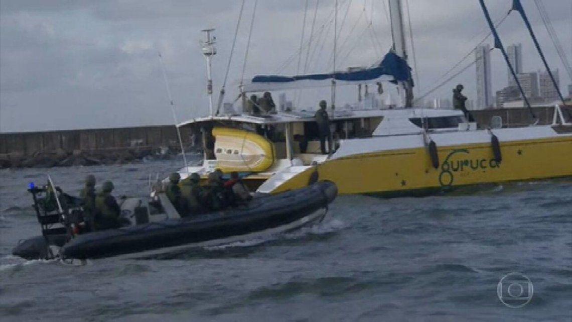 El velero fue interceptado por un navío de guerra y sus cinco ocupantes inmediatamente detenidos.