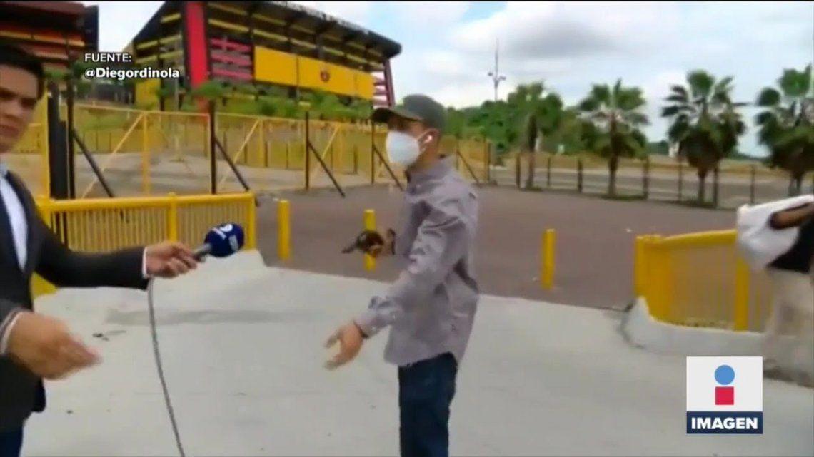 En el video se puede ver como el ladrón sacó el arma y se llevó el celular del periodista.