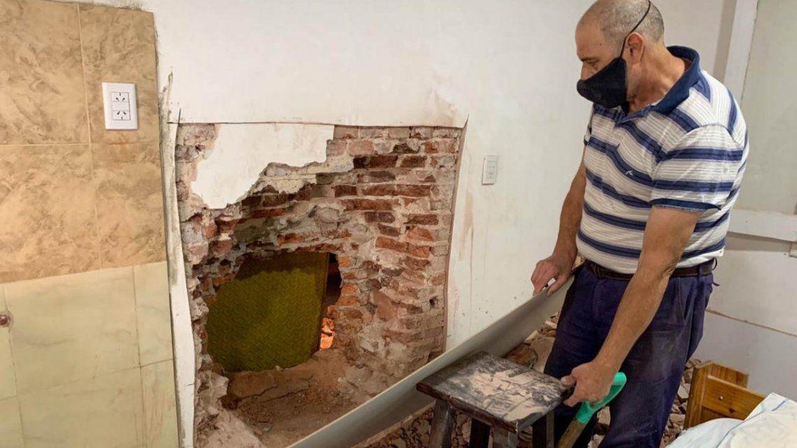 El boquete realizado en la casa contigua por el que se filtraron los delincuentes en Rosario