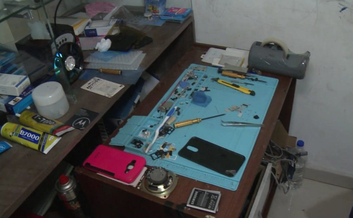 Muchos vendedores cuentan con herramientas especializadas para el desarme y reactivación de los celulares robados.