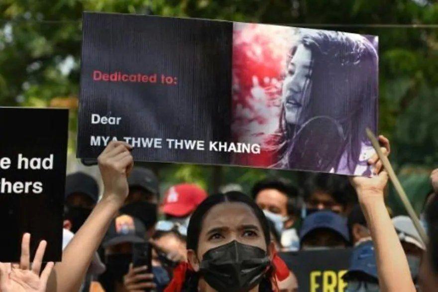 Muere una joven por la represión en las protestas contra el golpe de Estado.
