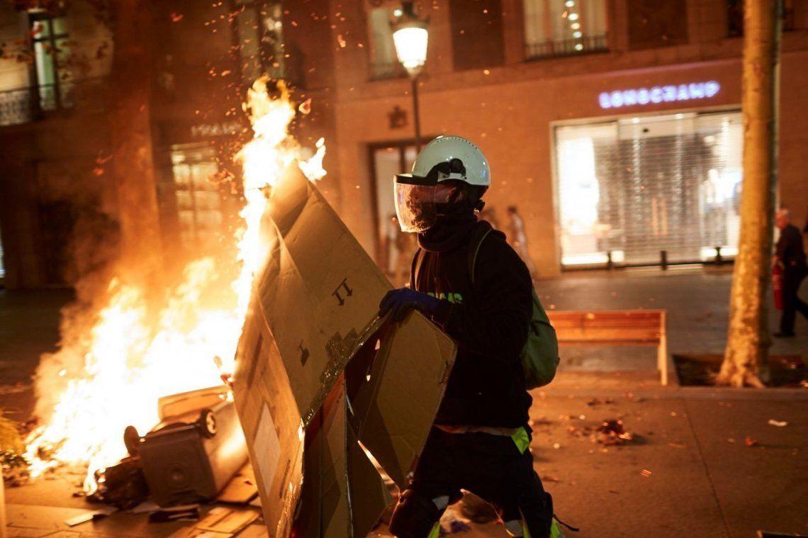 España - Quinta noche de violentas protestas en Barcelona