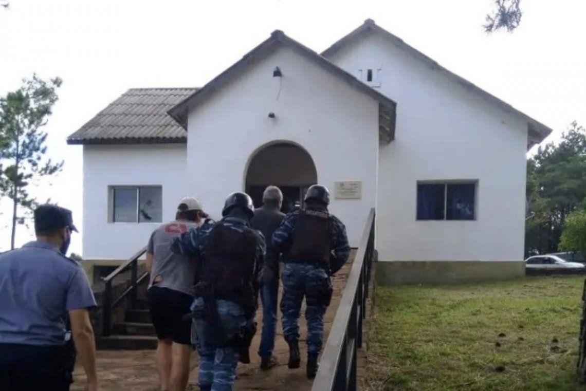 Durante el fin de semana fueron detenidos tres hombres y allanaron el lugar donde se cometió el hecho.