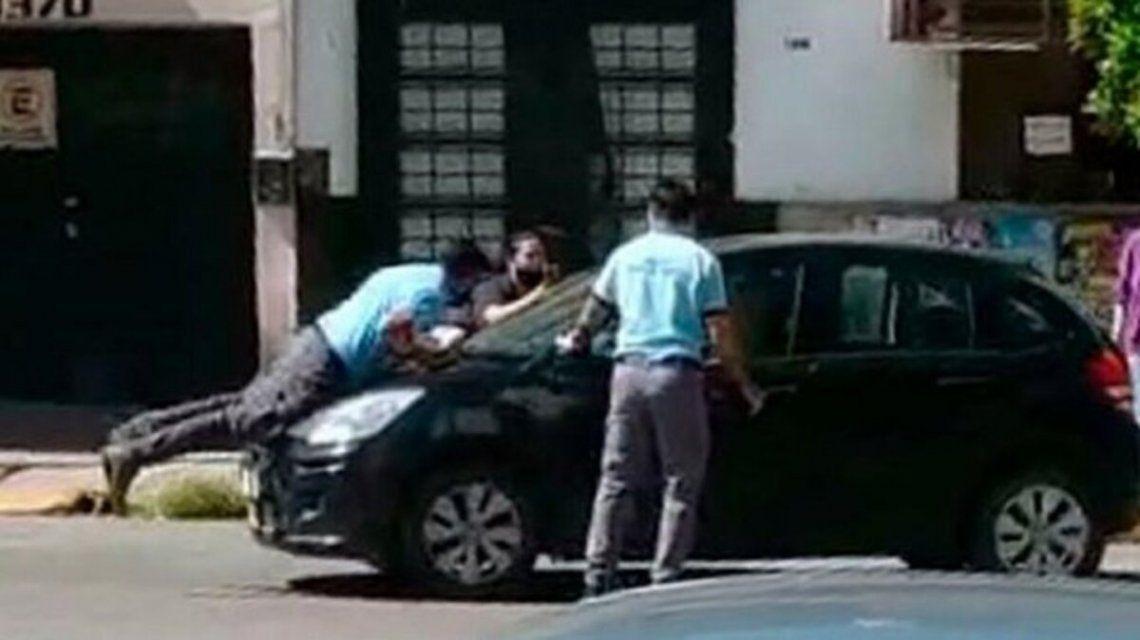 Una mujer arrastró 300 metros a un agente por no querer pagar una multa.