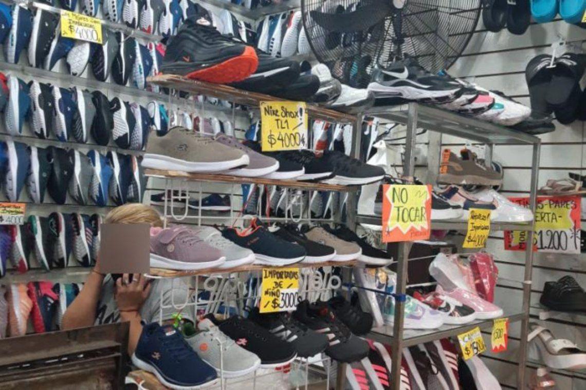 Los oficiales ingresaron al local de Constitución y se encontraron allí con una gran cantidad de zapatillas.