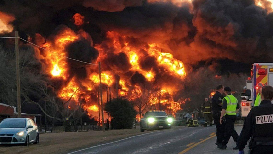 En las redes sociales rápidamente se difundieron videos que muestran el fuerte incendio que empezó tras el estallido.