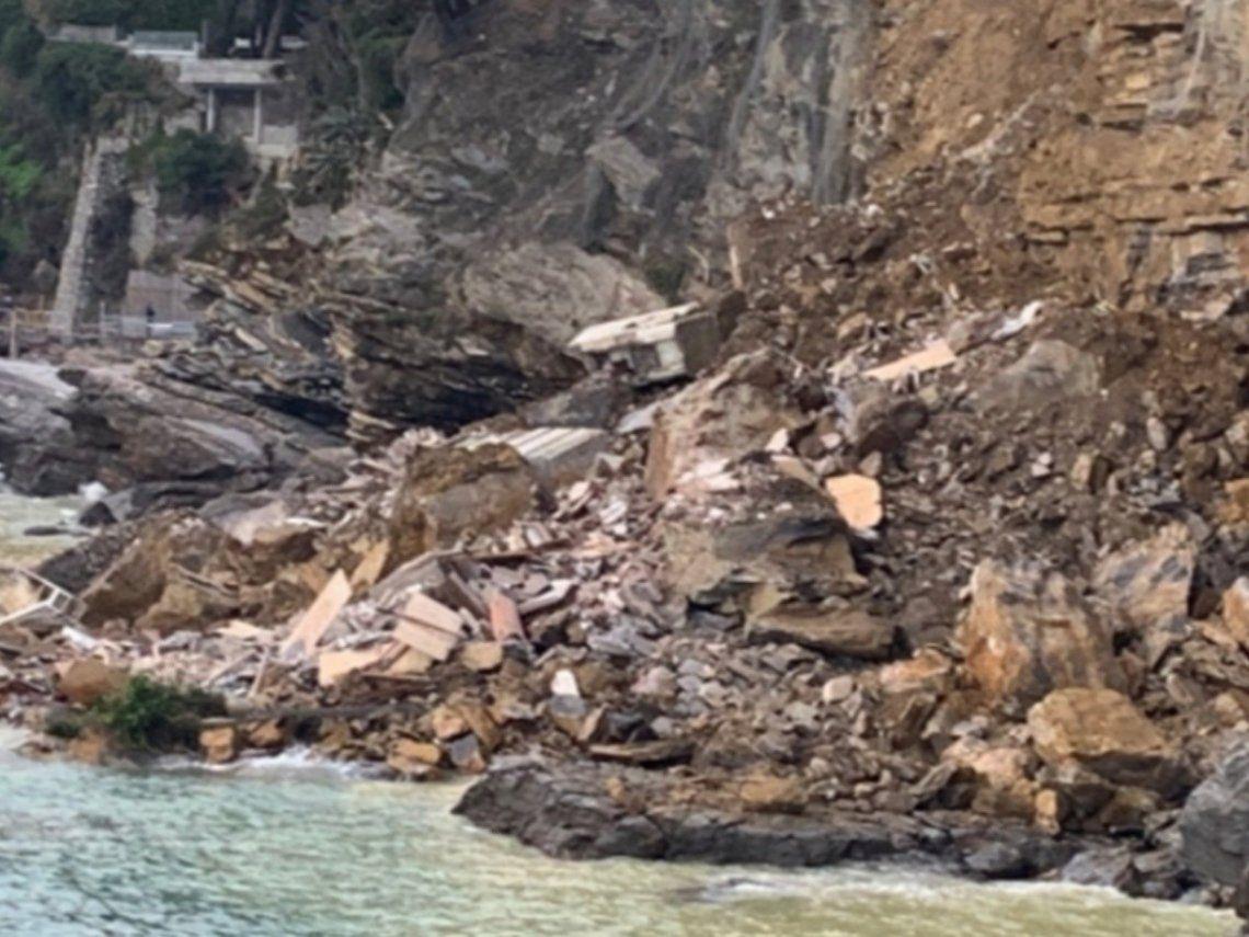 Italia: los ataúdes cayeron al mar luego del derrumbe del cementerio.