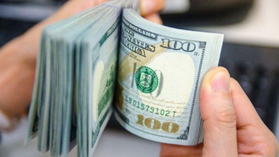 El dólar blue bajo dos pesos.
