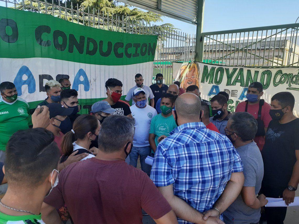 El sindicato de Camioneros lleva siete días bloqueando el acceso a un parque empresarial a pedido de Moyano.