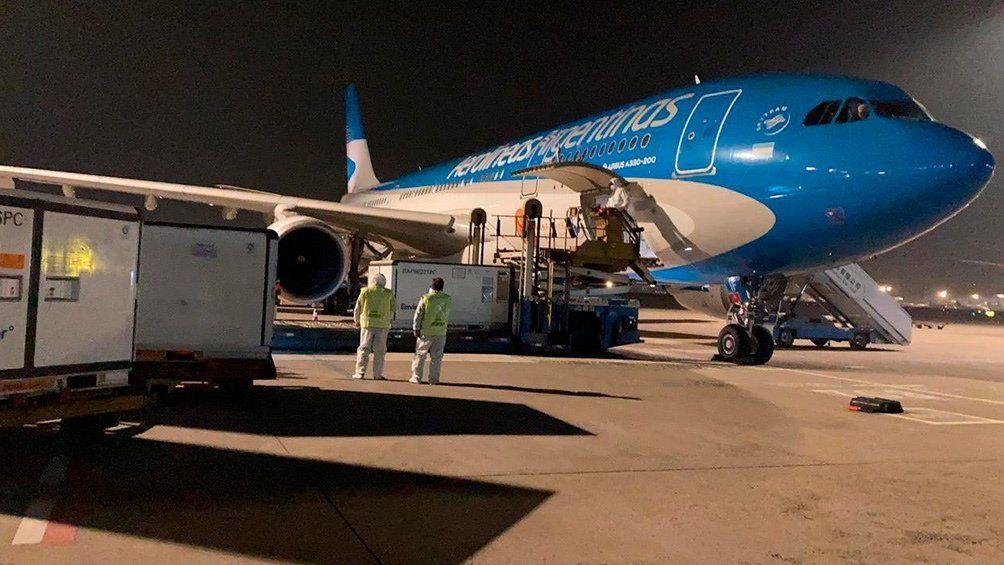 El avión de Aerolíneas Argentinas arribó con más de 900 mil vacunas chinas