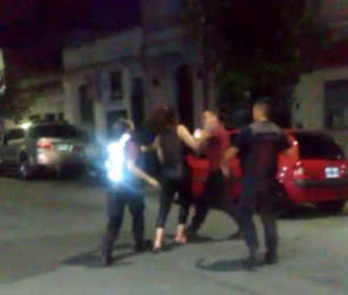 Una mujer agrede y muerde a policías tras volcar su auto
