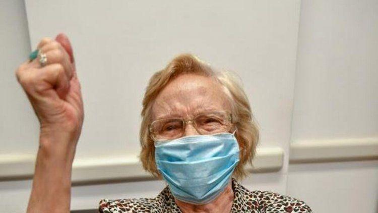 Elsa, una mujer de 90 años, es la vacunada número un millón