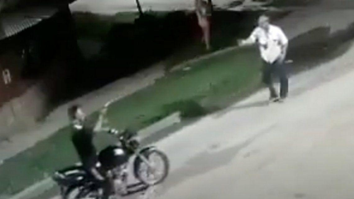 El vendedor ambulante se resistió al asalto y recibió tres disparos.