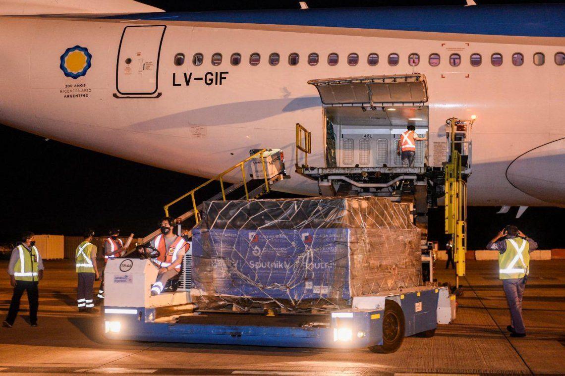 Arribó el primero de los dos aviones que traen desde Rusia más dósis de la vacuna Sputnik V.