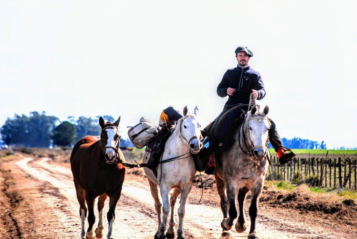 En el lomo de tres caballos