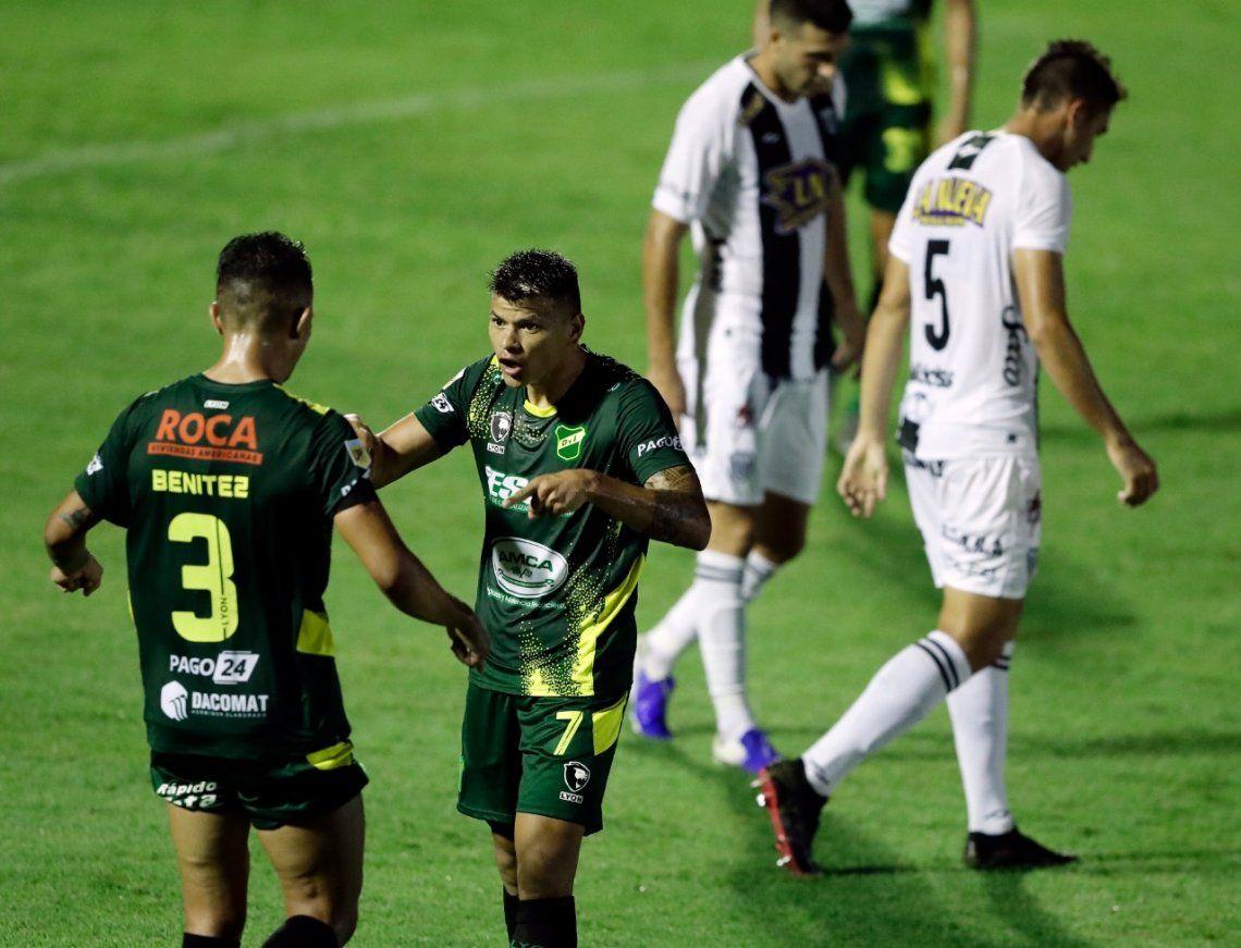 Bou y Benítez festejan el gol de Defensa y Justicia