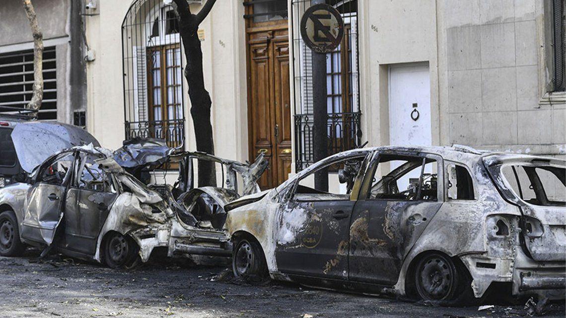 Dos vehículos alcanzados por el fuego. Después de un paréntesis
