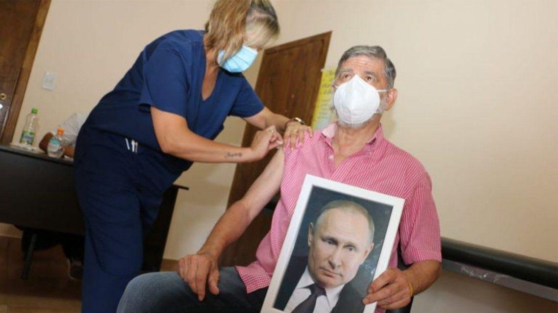 El intendente de Roque Pérez se vacunó con una foto de Putin.