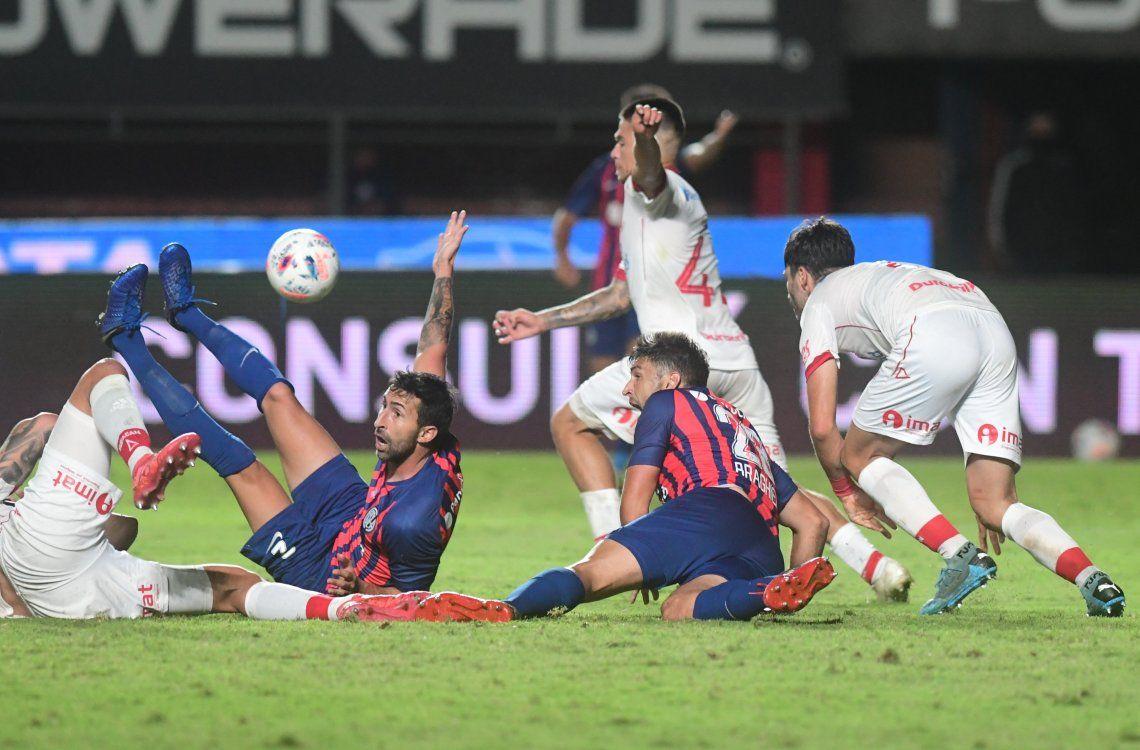 San Lorenzo pidió penal a Donatti en la última jugada.