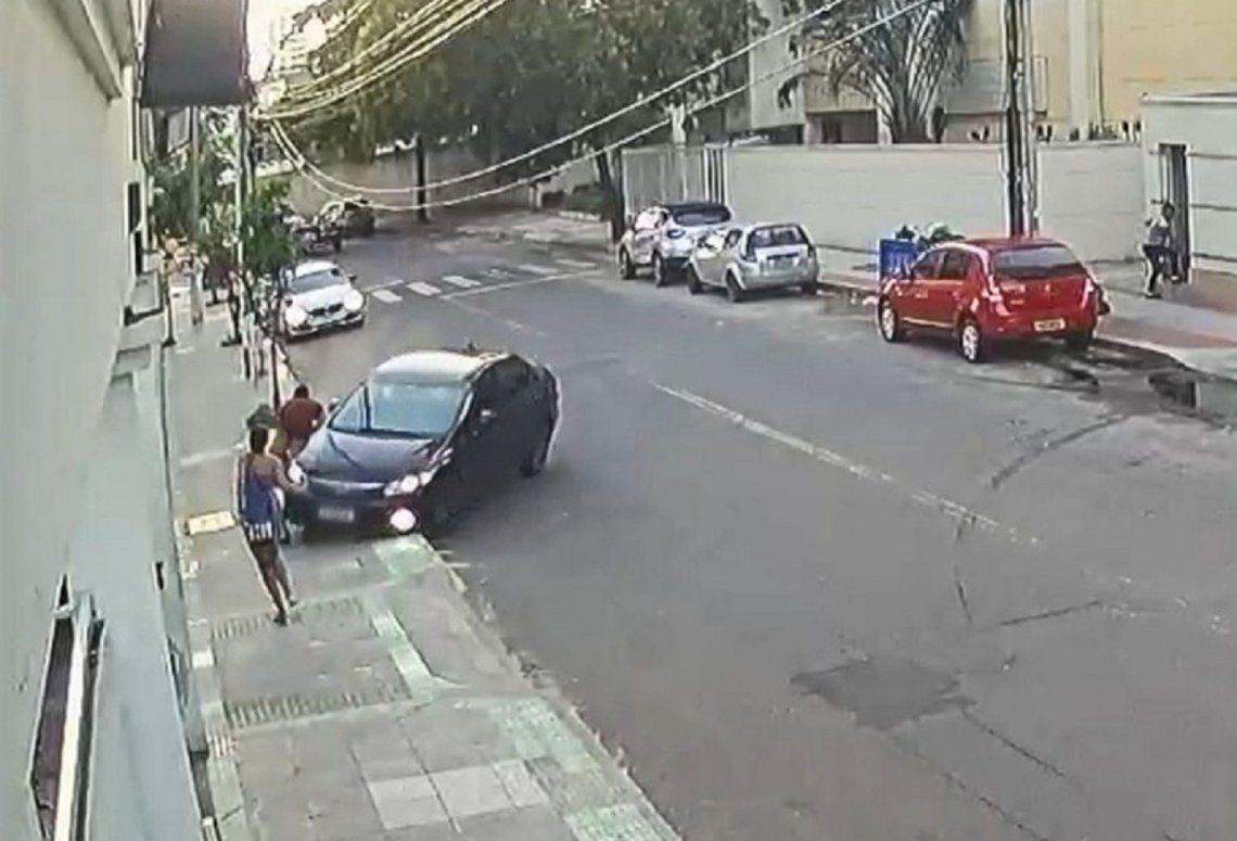 El delincuente fue interceptado y golpeado por el auto que conducía el novio de la joven.