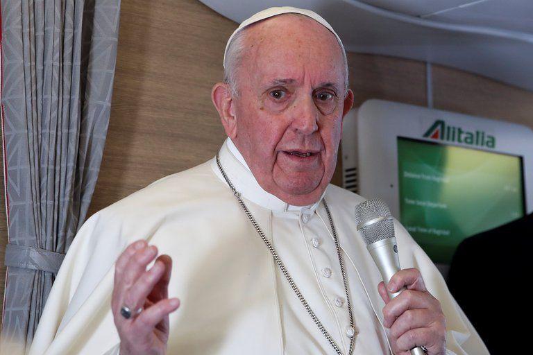 El Papa en su vuelo de regreso a Italia tras su histórica visita a Irak.