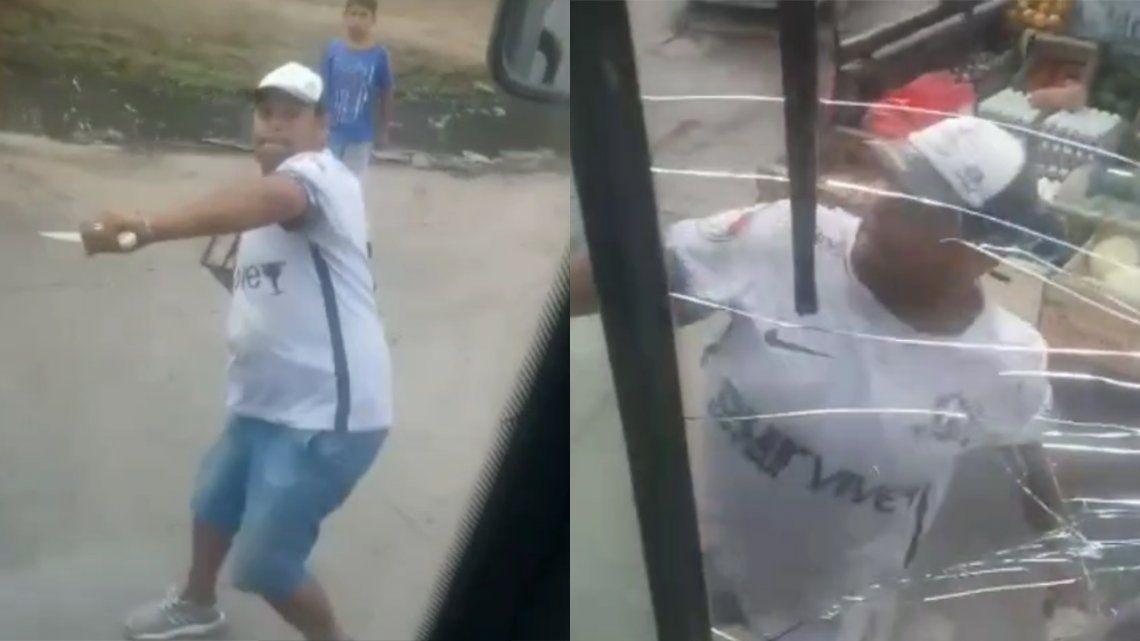 Relatos Salvajes en Florencio Varela: el atacante golpeó varias veces el parabrisas del colectivo de la Línea 324.