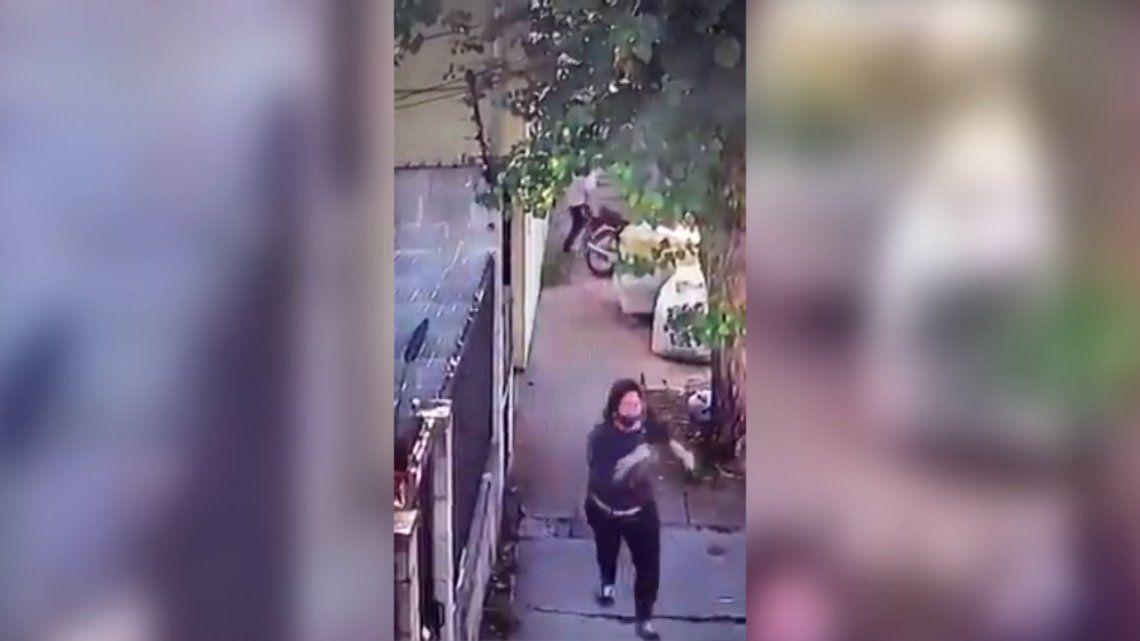 La mujer intentó escapar corriendo pero fue interceptada por el motochorro.