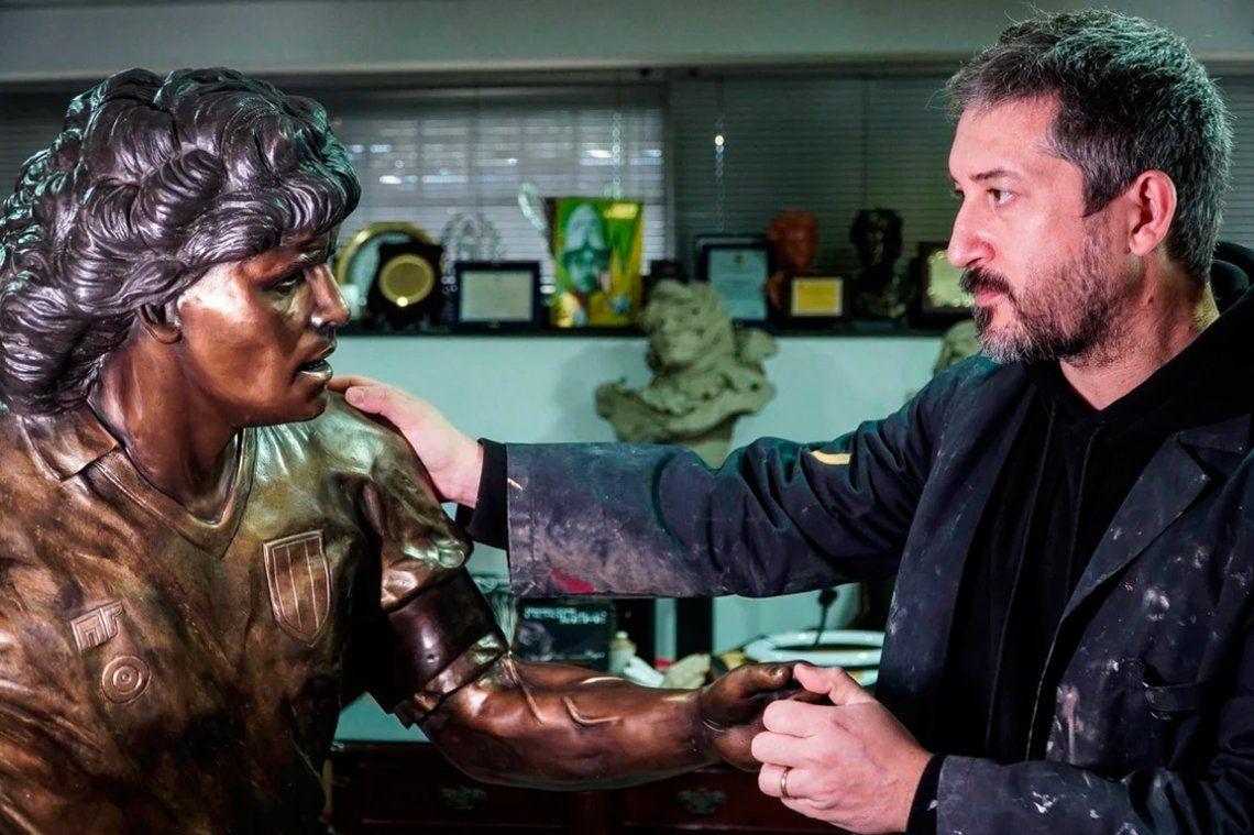 Las fotos de la estatua de bronce de Maradona en Nápoles