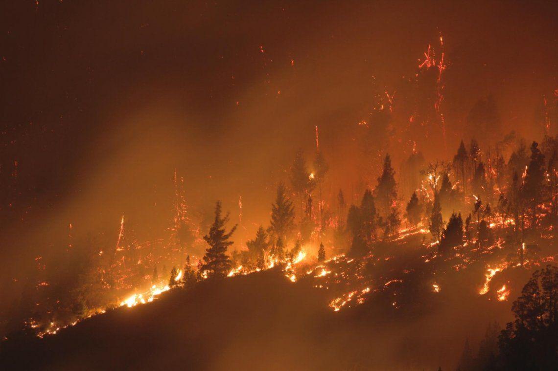 Las autoridades locales aseguran que se están dando las condiciones para que sea un incendio catastrófico.