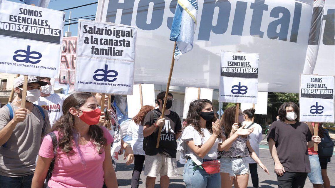 Enfermeros protestaron frente a la Maternidad Sardá