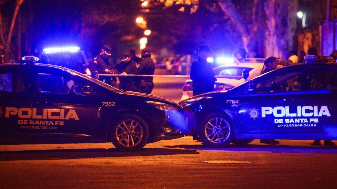 Dos personas que circulaban en una moto asesinaron a tres hombres en Rosario.