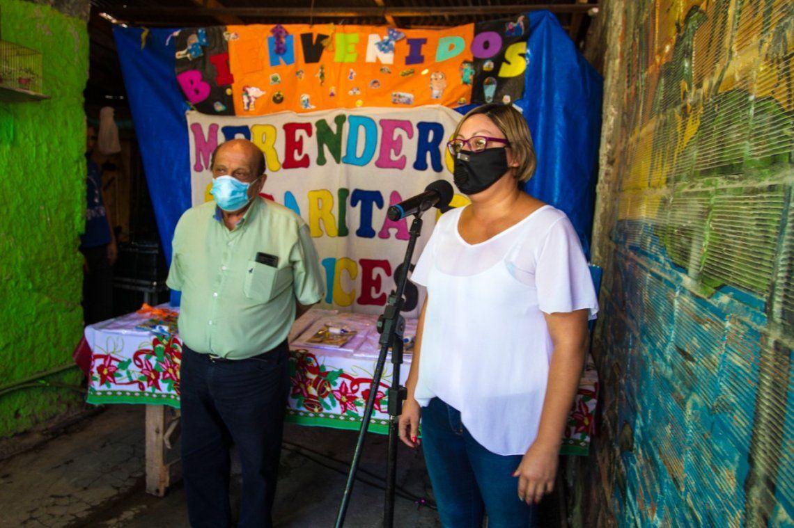 Entrega de guardapolvos en merendero de Berazategui