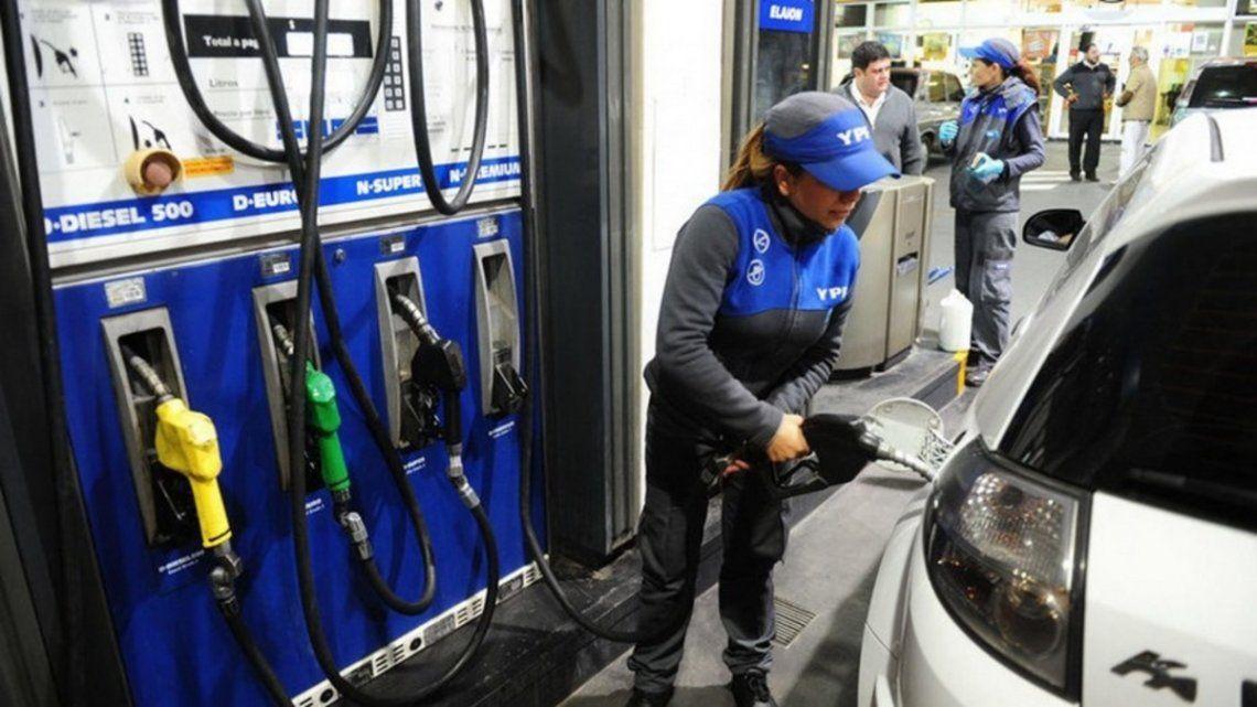 YPF aumentará este martes el precio de sus combustibles.